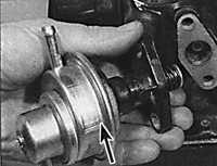 Указан стрелкой с блока цилиндров