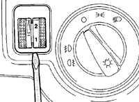2. При установке переключателя вдавите его в панель приборов до четкой фиксации.  1. Используя лезвие тонкой отвертки...