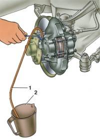 3. Воздух удаляют сначала из...  5. Резко нажав на педаль тормоза 3–5 раз, с интервалами между нажатиями 2–3 с...