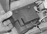 1S.3 Гидравлический насос центрального замка (электропроводка и вакуумные соединения отмечены стрелками)...