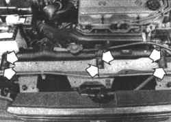 4.9 Открутите болты, крепящие кронштейн и изоляторы к радиатору, (показан двигатель Galant объемом 2,0 л) .