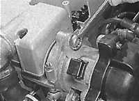 4. Отсоедините центральный высоковольтный провод от катушки зажигания или снимите крышку распределителя зажигания.
